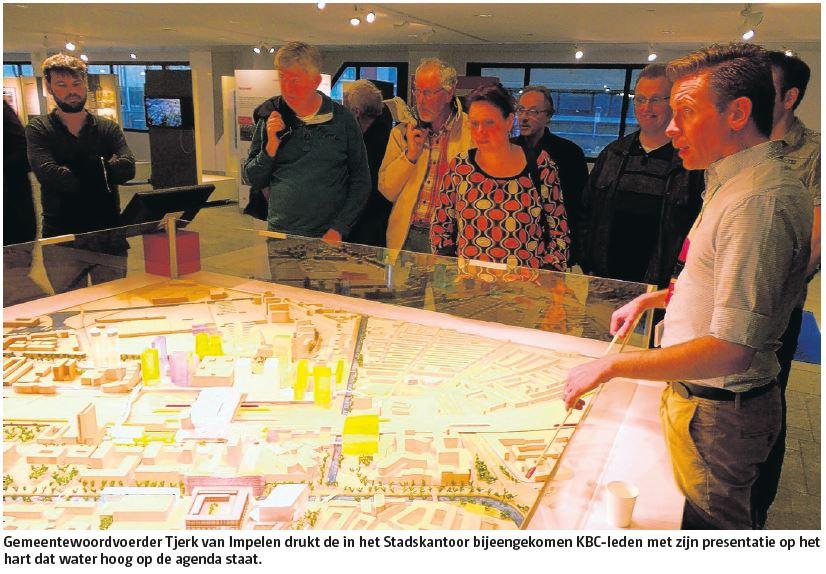 Gemeentewoordvoerder Tjerk van Impelen drukt de in het Stadskantoor bijeengekomen KBC-leden met zijn presentatie op het hart dat water hoog op de agenda staat.